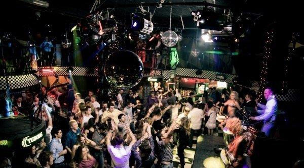 мешает музыка ночного клуба
