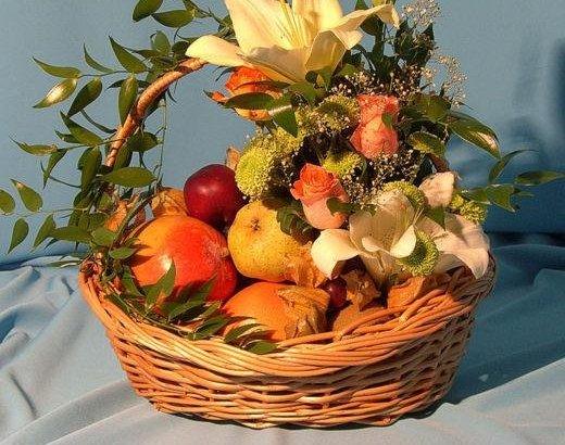 Композиции из фруктов и цветов