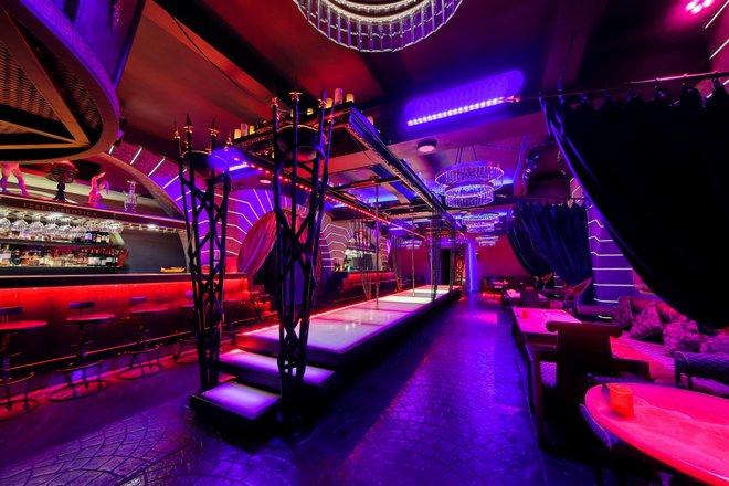 Музыка из стрип клубов официантка в ночной в клубе
