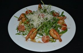 фотография Теплый салат с креветками