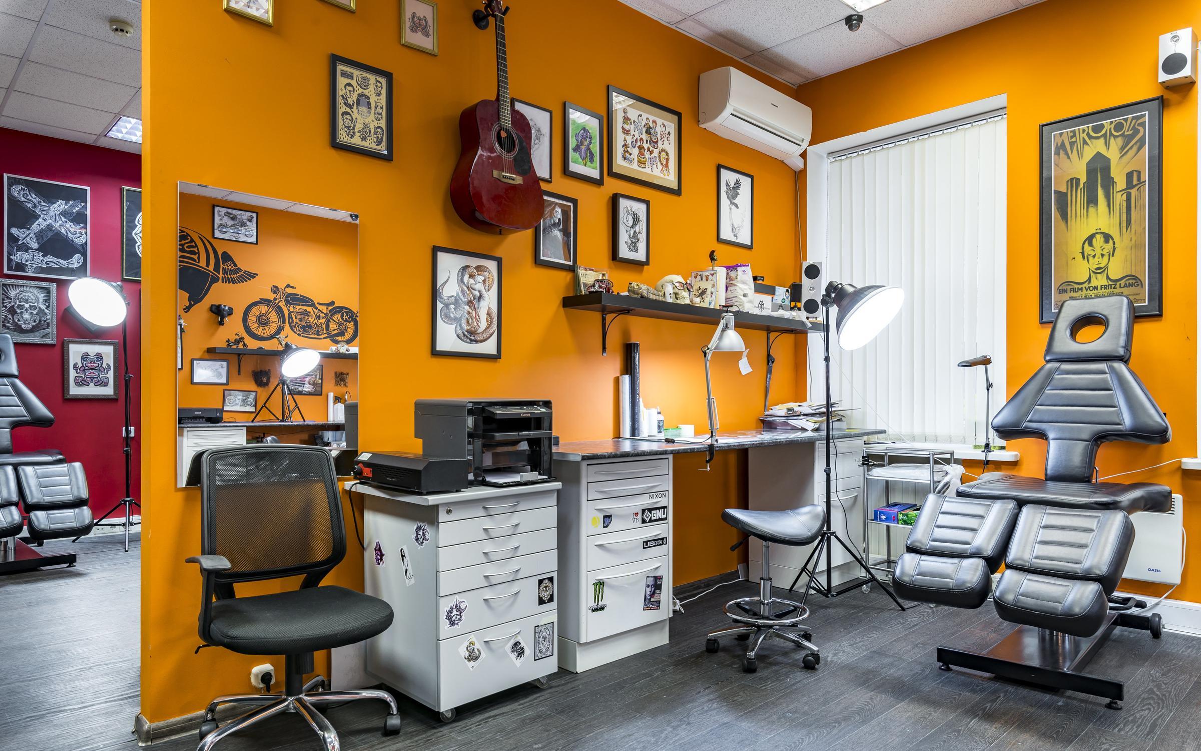 В первую очередь сотрудник салона должен быть художником, а во вторую — знать и медицинскую составляющую своего ремесла.